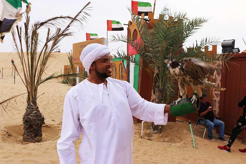 鷲と一緒に写真