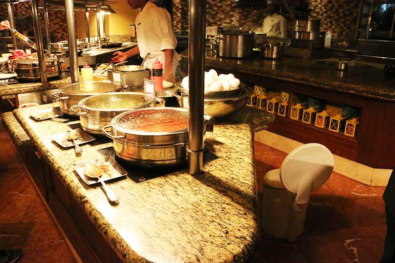 Kaleidoscope Restaurantのオムレツ、スクランブルエッグ、目玉焼き