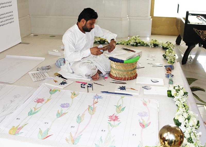 シェイクザイードグランドモスクで彫刻を彫る職人