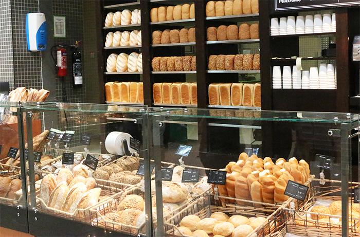 ドバイのスーパー、ウェイトローズのパンコーナー