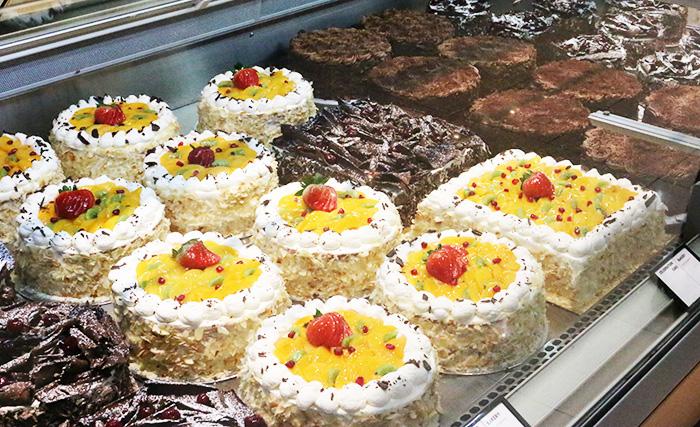 ドバイにあるウェイトローズのケーキ