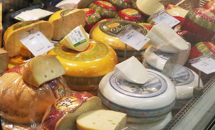 ドバイにあるウェイトローズのチーズ