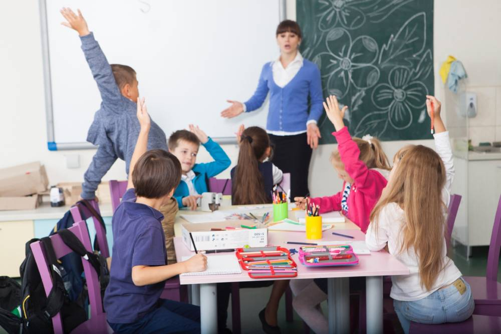 授業で発言する子ども