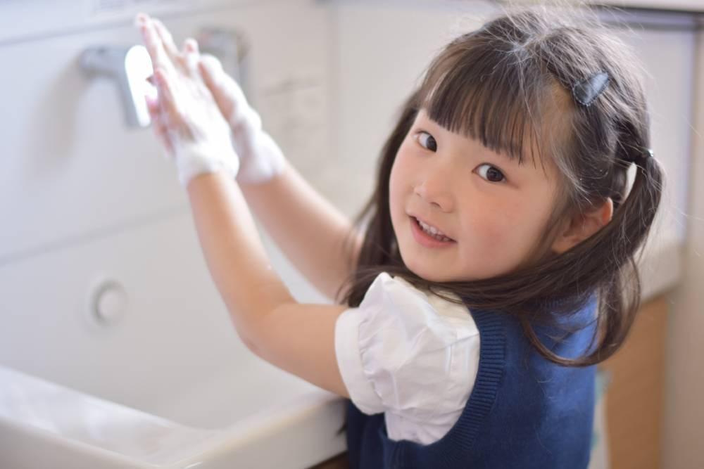 手洗いをする子ども